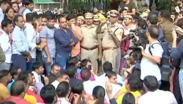 policemen-protested outside-the-police-headquarters